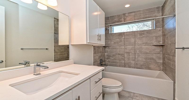 1010-Brodie_2nd-Bathroom